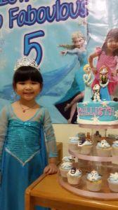 Callista dan Frozen cupcake stand-nya...cantiq menik2 :D