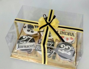 Dihias pita kuning dan hitam, cakep ya paket misterius ini ...